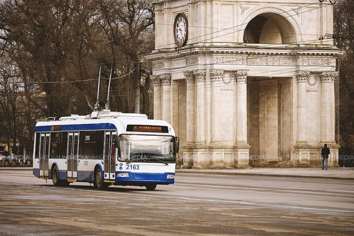 (imaginea zilei) Important de știut: Călătorii din transportul public din capitală pot cere taxatorului un pahar cu apă