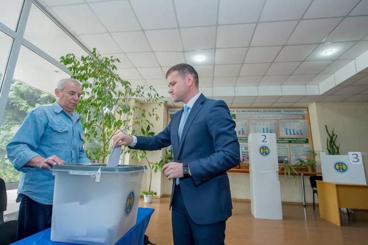 """(video) Valeriu Munteanu și-a exercitat dreptul la vot: """"Am votat pentru a da speranță Chișinăului"""""""