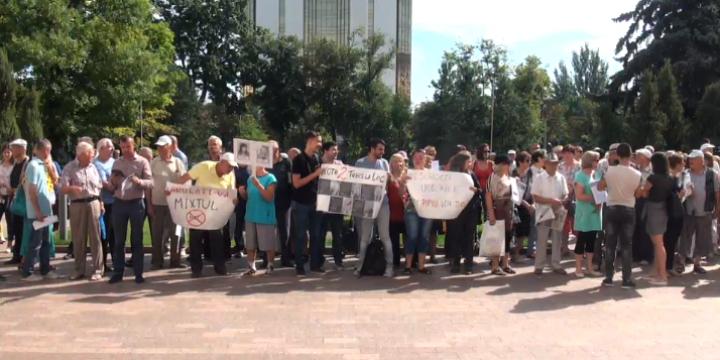 """(video/update/foto) Protest în fața Parlamentului organizat de Mișcarea de Rezistență Națională: """"Demisia!"""""""