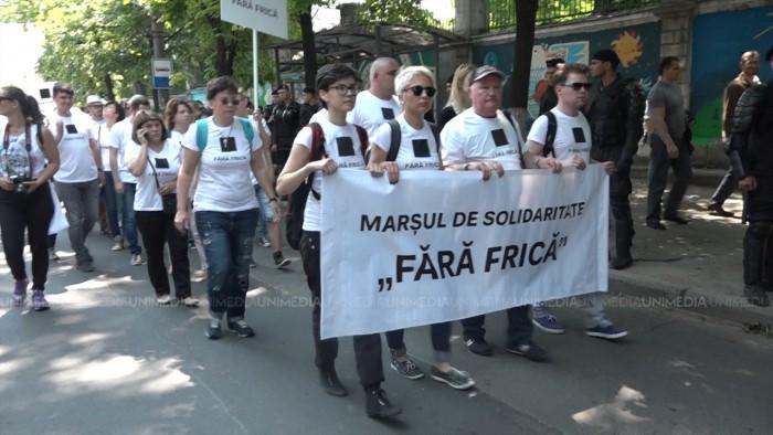 """(video/update) Manifestanții la marșul """"Fără frică"""" au fost împroșcați cu ouă și stropiți cu agheasmă"""