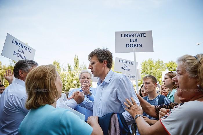 """(video) Susținătorii lui Chirtoacă au scandat în fața Judecătoriei Buiucani: """"Libertate lui Dorin"""""""