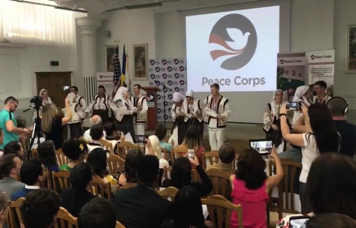 (stop cadru) Un grup de americani, în haine naționale moldovenești: Au dansat pe muzică populară