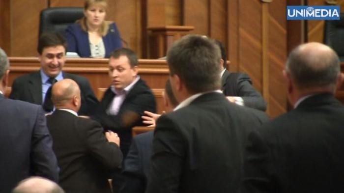 (video) Îmbrânceli în Parlament!
