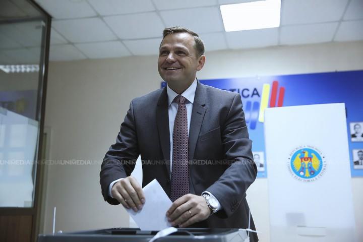 """(video) Andrei Năstase, alături de soția și fiica sa, la vot: """"Am votat pentru un oraș care să fie iubit, nu păgubit"""""""