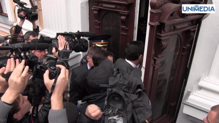 (video) Comuniștii au forțat ușa reședinței președintelui