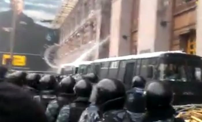 (video) Maidan: Berkut nu a reușit să ia cu asalt clădirea Administrației orașului Kiev