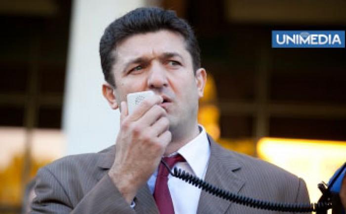 """(video) Muntean a felicitat """"păpușarii"""" și """"păpușile"""" din Parlament"""