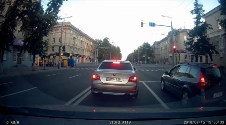 (video) Nu se teme de amenzi? Conduce după propriile reguli şi cu multiple încălcări prin Chişinău