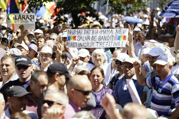 (video) O nouă rezoluție, votată de protestatari: Manifestanții din fața Parlamentului au cerut publicarea raportului Kroll 2 și anularea votului mixt