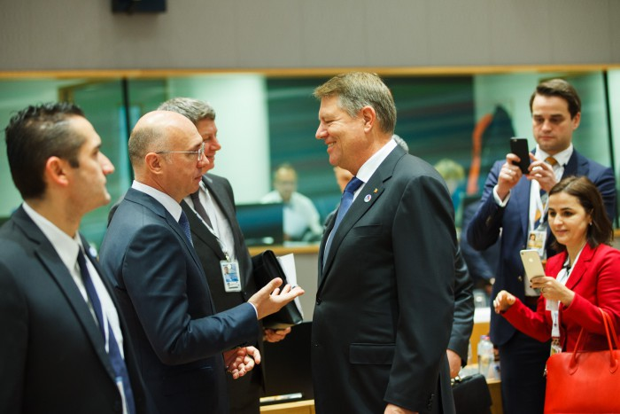 (video) Pavel Filip s-a întâlnit cu Klaus Iohannis la Bruxelles: Voi veni la Chișinău când va fi vremea potrivită