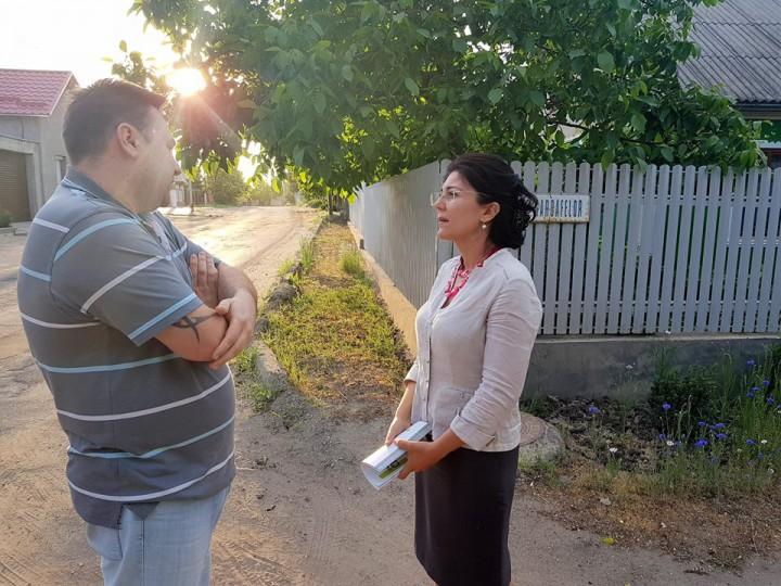 """(video) Silvia Radu, asistată de """"bunicii grijulii"""" în campania electorală? Ce căuta un echipaj de poliție la un eveniment electoral al candidatei"""