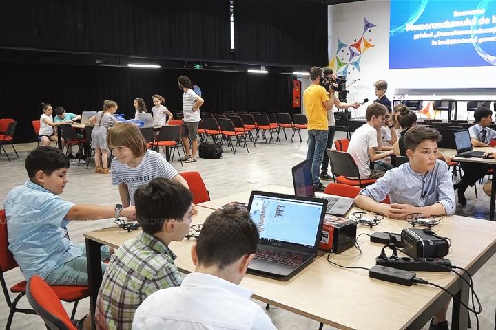 (video) Un alt nivel al învățământului din Moldova. De la 1 septembrie, elevii din clasa I vor studia educația digitală