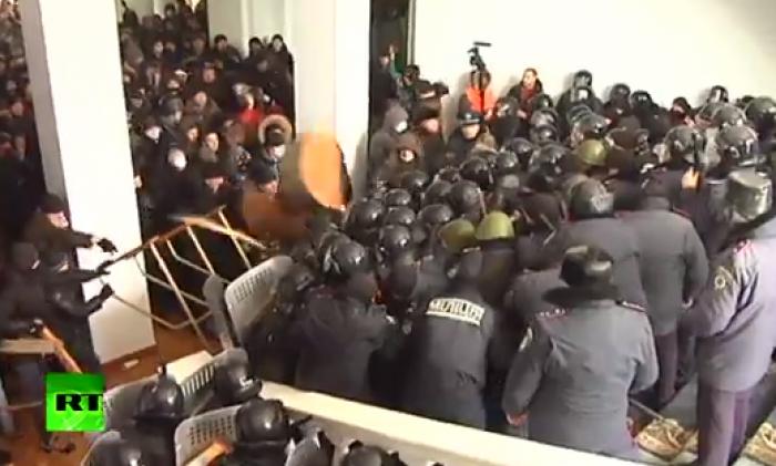 (video) Violențe în Ucraina: Protestatarii au luat cu asalt clădirea administrației din Vinița