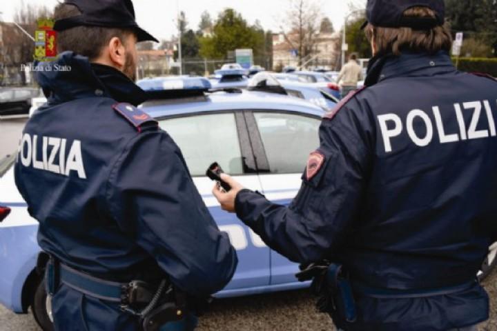 (video) Jaf într-un centru comercial din Italia: Patru tineri cu arme de foc, au spart vitrinele unui magazin de bijuterii