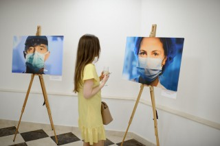 """(video) """"În ochii lor… ai medicilor"""": De Ziua Medicului, la Sala cu Orgă a fost vernisată o expoziție fotografică"""