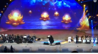 A fost arestată după ce a alergat pe scenă şi l-a îmbrăţişat pe un artist: O încălcare majoră în Arabia Saudită