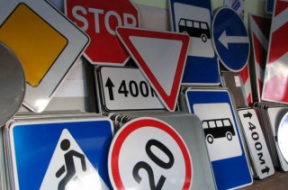 A lăsat traseul fără semne de circulație: Un tânăr din Briceni a furat șase indicatoare rutiere și a pornit la drum