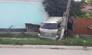 Accident la Strășeni: Un șofer de 23 de ani a intrat cu mașina în gardul unei gospodării