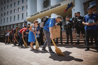 """""""Am venit să-i măturăm"""": Cum au protestat astăzi tinerii """"Occupy Guguță"""" în fața Parlamentului Republicii Moldova"""