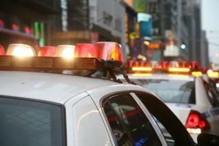 Două poliţiste au fost suspendate după ce au dat cu banul pentru a vedea dacă reţin sau nu o femeie care a depăşit cu mult viteza regulamentară