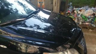 (foto) Răzbunarea vecinilor sau a angajaţilor de la salubritate? Iată cum şi-a găsit maşina un şofer din Chişinău
