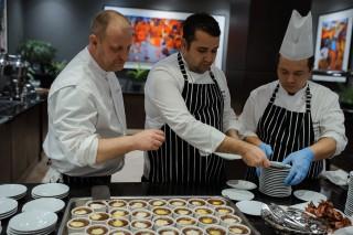 """(foto) Tradiții culinare interpretate de bucătari francezi: Prima ediția a dineului gastronomic """"Slow Food. Wine. Life"""" a celebrat bucătăria tradițională și Vinul Moldovei"""