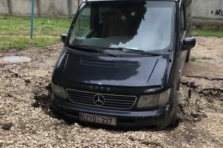 (foto) Un locuitor al Chişinăului şi-a găsit peste noapte Mercedes-ul într-o groapă