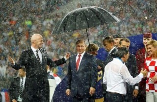 (foto/video) O singură umbrelă și aceea doar pentru Putin: Imagini virale pe Internet, după încheierea Cupei Mondiale de Fotbal