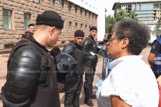 """(foto/video) Reacția polițiștilor, care au împânzit intrarea în Parlament, la un """"bună ziua"""" al unei protestatare"""