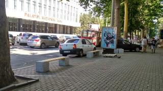 (foto) Gata cu mașinile parcate pe trotuarul din strada A. Pușkin din capitală. Băncile instalate nu vor mai permite acest lucru