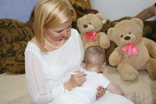 (imaginea zilei) Tricouri cu chipul Irinei Vlah donate la o familie cu gemeni și tripleți