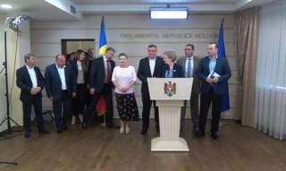 """(video) Deputații PSRM au părăsit plenul Parlamentului: """"Vom fi prima țară în lume unde vom avea două ambasade ale SUA"""""""