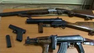 Poliţia a găsit 500 de arme de foc în casa unui infractor condamnat din California