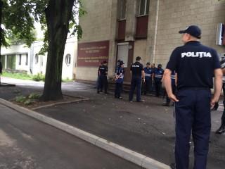 (foto) Polițiștii, gata să apere deputații. Cu o oră înainte de protest, aceștia au apărut în spatele și parcarea Parlamentului