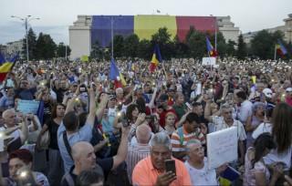 Proteste și la București. Aseară românii au ieșit în Piața Victoriei manifestând împotriva modificărilor la Codul de procedură penală