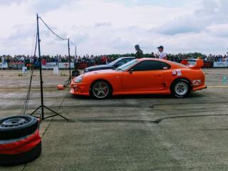 (video) Apariţii la Campionatul Naţional de Drag Racing: un oaspete cu o Toyota Supra şi o româncă cu BMW