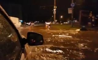 (video) Chișinăul, râu după fiecare ploaie torențială. Pietonii, dar și șoferii, în dificultate