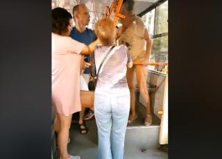 (video) Înjurături și lovituri într-un troleibuz din capitală. Două tinere s-au luat la ceartă cu restul pasagerilor