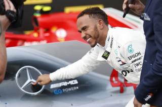(video) Lewis Hamilton şi-a prelungit contractul cu Mercedes şi devine cel mai bine plătit sportiv britanic