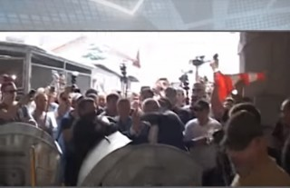 (video) Viceprimar ucrainean, aruncat într-un tomberon de gunoi de protestatari