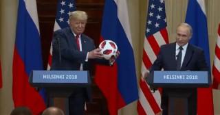 (video) Vladimir Putin i-a dat lui Donald Trump o minge de la Campionatul Mondial de Fotbal