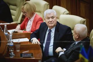 """(video) Vladimir Voronin după ședința legislativului a dat cu ochii de oamenii care protestau la Parlament: Comunistul a fost numit """"Tata hoților"""""""